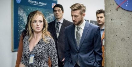 "Caity Lotz as Sara Lance/White Canary, Brandon Routh as Ray Palmer/The Atom and Arthur Darvill as Rip Hunter.DC's Legends of Tomorrow 2, ep. 14 ""Moonshot"""